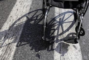 Συνέλαβαν ανάπηρο, γιατί οδηγούσε μεθυσμένος το αμαξίδιό του