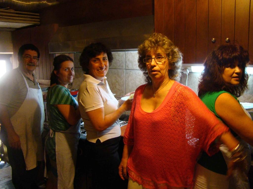 Εθελοντές επί το έργον στην κουζίνα του μοναστηριού