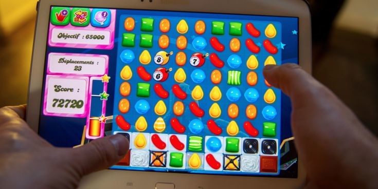 landscape_nrm_1429357938-man_playing_candy_crush_on_a_tablet-735x368