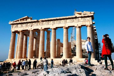 Οι Ελληνες μείωσαν στο ένα τρίτο τις δαπάνες για τις διακοπές τους