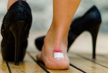 Το κόλπο με το χαρτόνι για να μη σας «χτυπάνε» τα παπούτσια