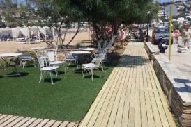 Ολοκληρώνονται οι εργασίες στον ξύλινο πεζοδιάδρομο στην παραλία του Μπατσίου