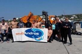 Το Λιμεναρχείο Άνδρου… καθάρισε τον βυθό στο λιμάνι του Μπατσίου