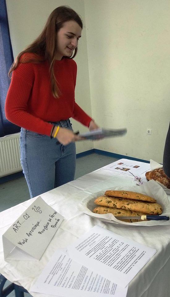 Το πιο τέλειο που μας άρεσε σαν ιδέα είναι που για να ψήσουν το χωριάτικο ψωμί χρησιμοποιούν τον πέτρινο φούρνο που είχε χτίσει ο παππούς !