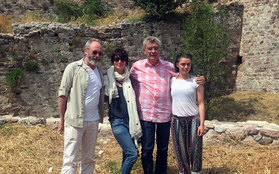 Ο δήμαρχος Μυτιλήνης Σπύρος Γαληνός (2Δ) σε αναμνηστική φωτογραφία με τους πρωταγωνιστές του «Game of Thrones», τον  «Σερ Ντάβος» Λίαμ Κάνινγκαμ , την «Άρυα Σταρκ»  Μέσι Γουίλιαμς και την «Σέρσι Λάνιστερ» Λένα Χέντι, σε συνάντηση που είχαν κατά τη διάρκεια της επίσκεψής τους καλεσμένοι της διεθνούς ανθρωπιστικής οργάνωσης IRC, Τετάρτη 29 Ιουνίου 2016. Στόχος τους να διεθνοποιήσουν το θέμα των εγκλωβισμένων στην Ελλάδα προσφύγων που φιλοξενούνται στον δημοτικό καταυλισμό του Καρά Τεπέ. Οι τρείς πρωταγωνιστές μαζί και με άλλους συντελεστές της γνωστής σειράς, συναντήθηκαν επί δίωρο με τους πρόσφυγες στον Καρά Τεπέ, συζήτησαν μαζί τους και έπαιξαν με τα παιδιά. Επίσης ενημερώθηκαν από τον υπεύθυνο του καταυλισμού Σταύρο Μυρογιάννη για τη λειτουργία και τις υπηρεσίες που προσφέρονται στις οικογένειες και ιδιαίτερα τις ευπαθείς ομάδες που φιλοξενούνται εκεί. ΑΠΕ-ΜΠΕ/ΑΠΕ-ΜΠΕ/ΣΤΡΑΤΗΣ ΜΠΑΛΑΣΚΑΣ