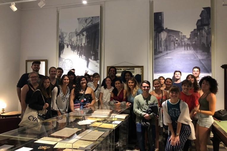 27 φοιτητές από τις ΗΠΑ ξεναγήθηκαν στην έκθεση τοπικής ιστορίας της Λέσχης Ανδρίων
