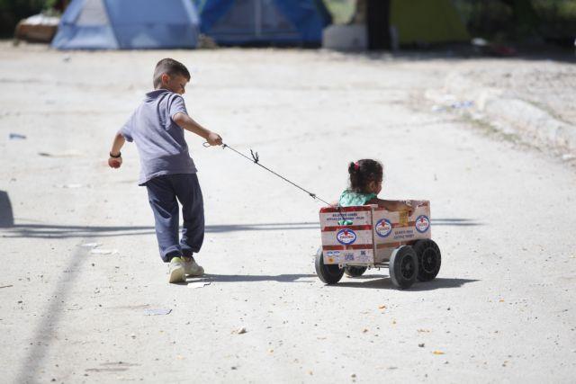 Παιδιά παίζουν στο κέντρο φιλοξενίας προσφύγων στα Λαγκαδίκια του νομού Θεσσαλονίκης. Το κέντρο διαχειρίζεται η Ύπατη Αρμοστεία του ΟΗΕ για τους Πρόσφυγες σε συνεργασία με τις ελληνικές αρχές, ενώ οι πρόσφυγες εκεί έχουν δημιουργήσει τη δική τους δομή αυτο-οργάνωσης, την ομάδα Jafra, προκειμένου, όπως εξηγούν στο ΑΠΕ-ΜΠΕ, να συμβάλλουν στη βελτίωση της καθημερινότητάς τους έως ότου μπορέσουν να συνεχίσουν το ταξίδι τους προς τη βόρεια Ευρώπη, Τρίτη 5 Ιουλίου 2016 ΑΠΕ-ΜΠΕ/ΑΠΕ-ΜΠΕ/ΝΙΚΟΣ ΑΡΒΑΝΙΤΙΔΗΣ