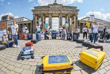 Διαμαρτυρία με άδειες βαλίτσες