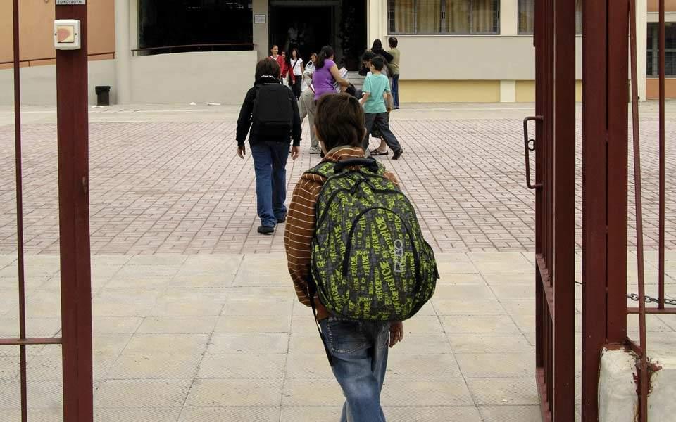 Αναφορά για τη μεταφορά των μαθητών στην Άνδρο κατέθεσε στη Βουλή ο Ν. Συρμαλένιος