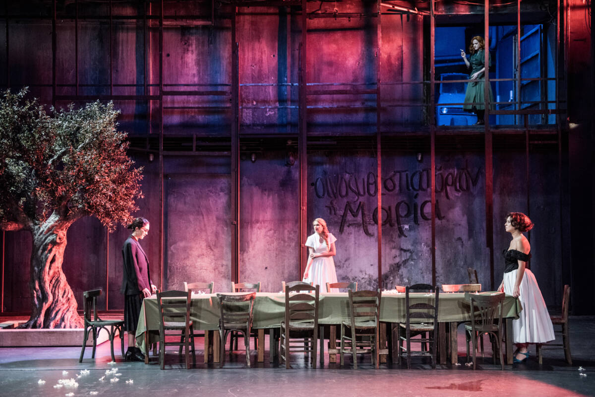 Η Στέλλα με τα κόκκινα γάντια, του Ιάκωβου Καμπανέλλη σε live streaming από το Εθνικό Θέατρο