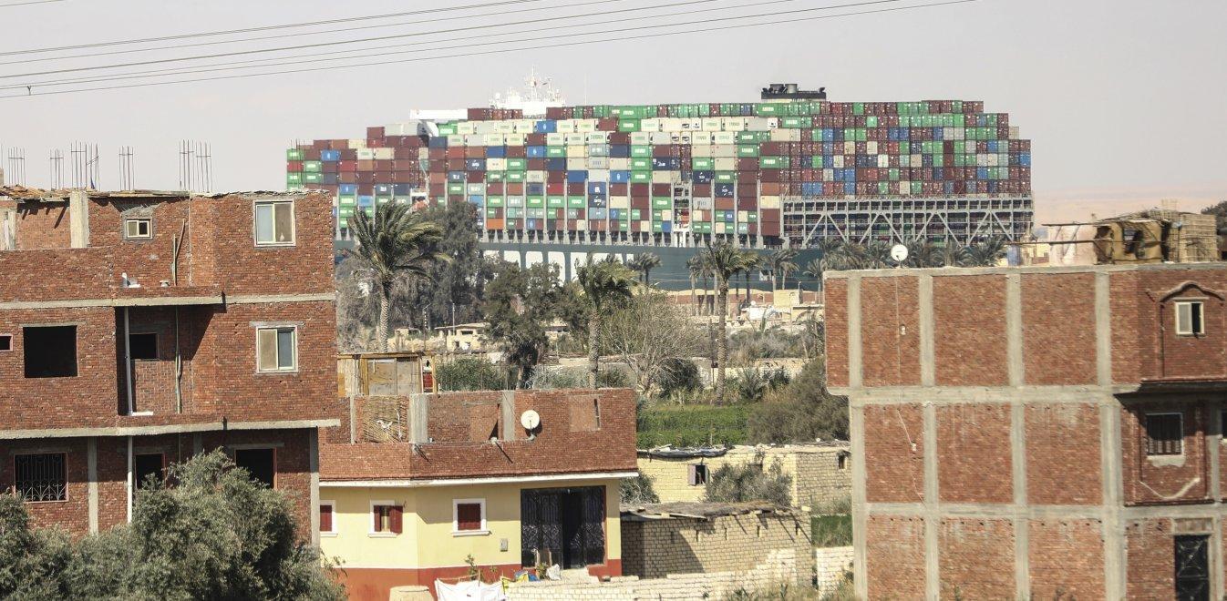 Διώρυγα Σουέζ: Το πλοίο που «φρενάρει» την παγκόσμια οικονομία – Ζημία 14 εκατ. την ημέρα