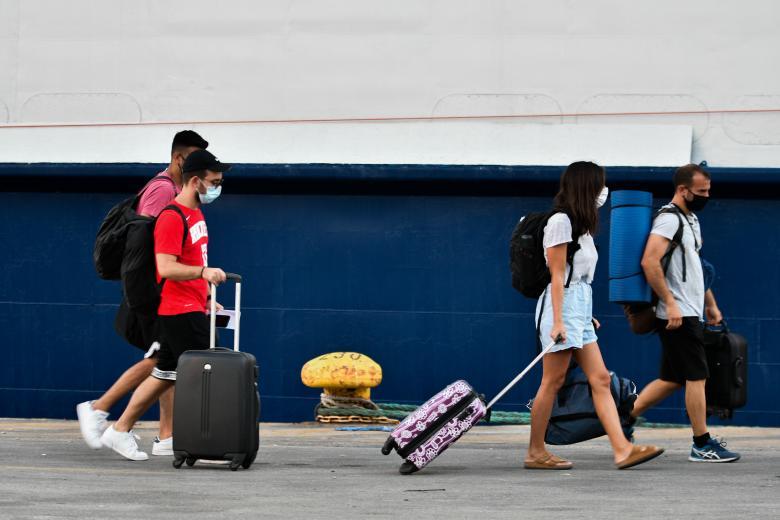 ΦΠΑ: Προς μονιμοποίηση το 13% σε τουρισμό, μεταφορές, καφέ, κινηματογράφους, θέατρα